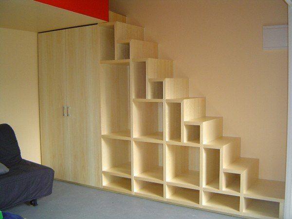На фото - удобная лестница с полками
