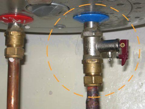 Обратный и предохранительный клапаны могут объединяться в одном корпусе