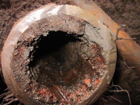 Отложения и ржавчина в стальном водопроводе