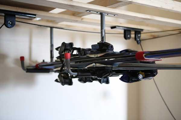 Потолочное хранение лыж на кронштейнах