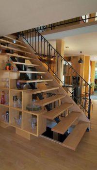 Стеллаж-лестница в интерьере гостиной