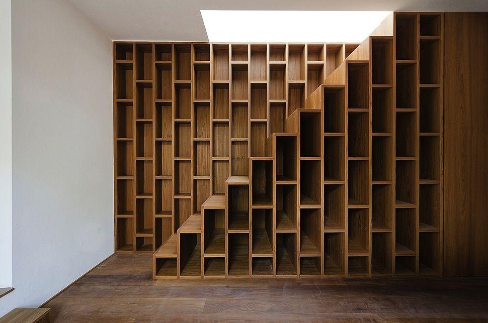 Вертикальные ящики под лестницей