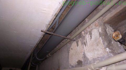 Лежневка уложена на опору — вбитую в стену арматуру