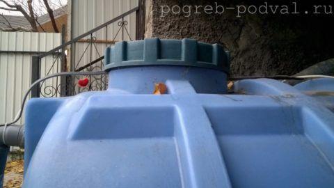 Несколько витков кабеля заведено под крышку и уложено в отстойник