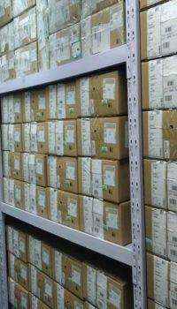 Размещение на стеллажах коробок с документацией
