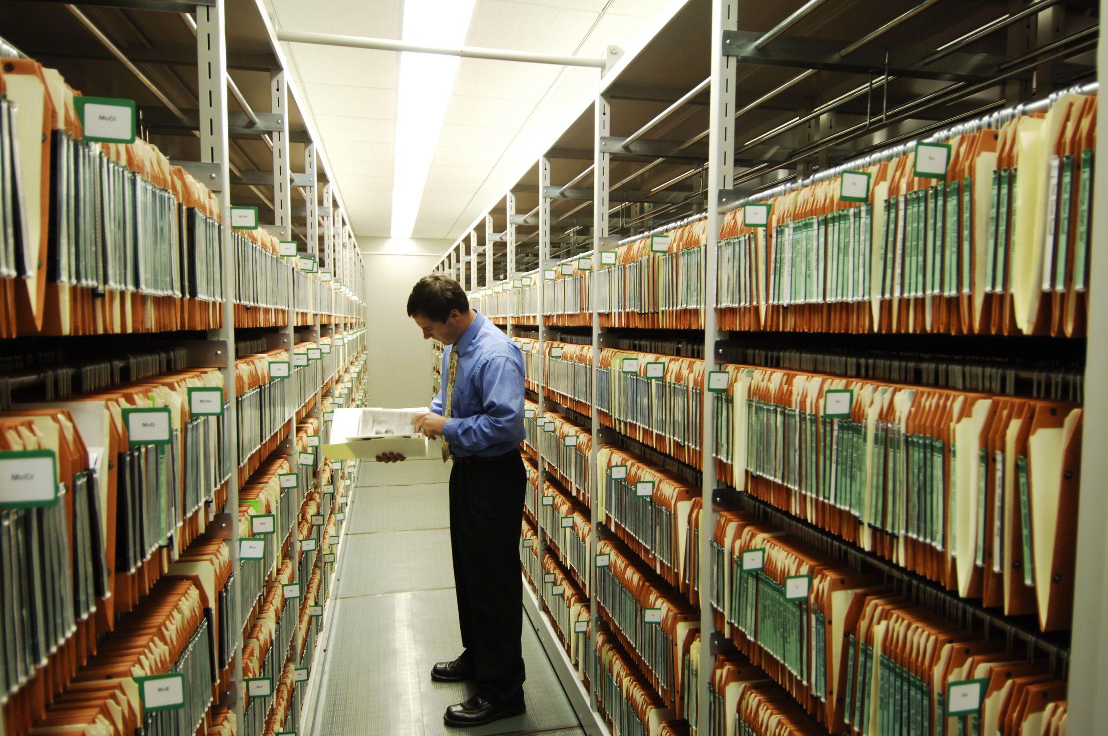 Удобное хранение документации на архивных стеллажах