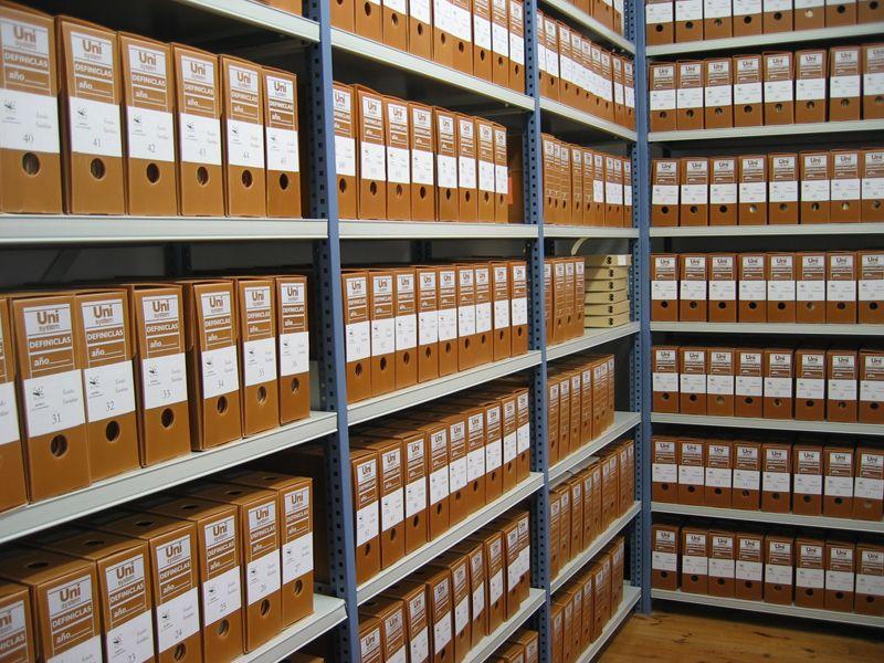 Вертикальное расположение пеналов с документацией