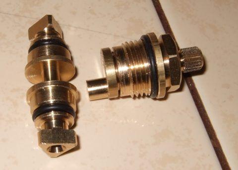 Элементы рычажного переключателя — клапан (слева) и шток с уплотнением и эксцентриком (справа)