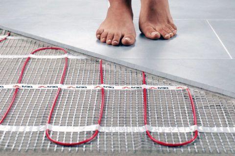 Небольшая толщина греющего кабеля позволяет уложить его в слой плиточного клея