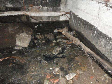 Причина затопления подвала — засор выпуска на колодец