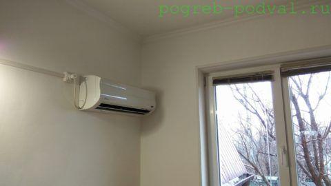 В небольшой детской сплит-система создает тепловую завесу перед окном