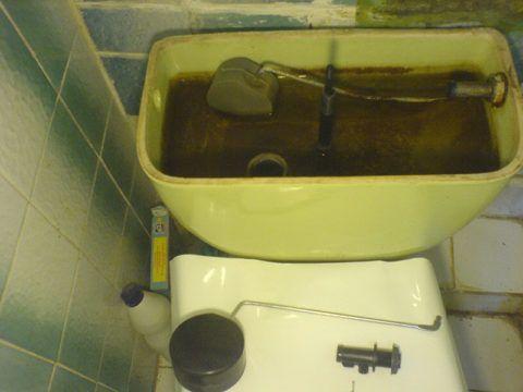 Бачок вскрыт для замены поплавкового клапана