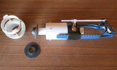 Снятая для замены прокладки сливная колонна