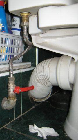 Согласно СП 30.13330.2016, на подводке к унитазу должен быть установлен кран или вентиль