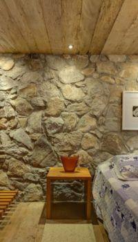 Цокольный этаж из бутового камня внутри