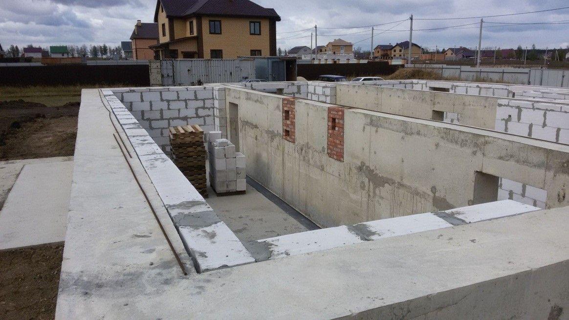 В цокольном этаже внутренние стены из ячеистобетонных блоков, которые использованы так же и в качестве утеплителя для стен наружных