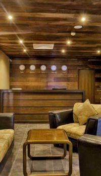Дизайн офиса в цокольном этаже: подшивка потолка деревом