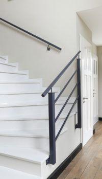 Глухие двери могут сочетаться с остеклёнными полотнами, но они должны быть выполнены в едином стиле