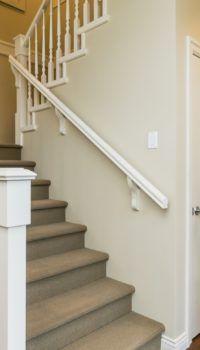 Холл начинается с лестницы, и хорошо, если она будет покрыта для безопасности ковром