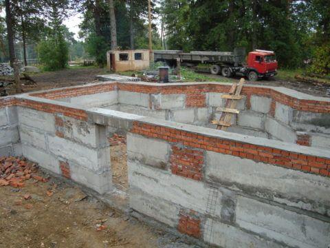Как сделать стены цокольного этажа: участки с кирпичной кладкой вместо доборных блоков