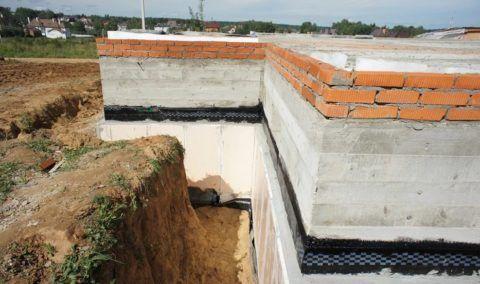 Монолитная лента заливается на всю высоту стен подвала