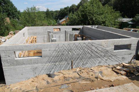 Монолитный этаж представляет собой единую конструкцию плитного фундамента и стен