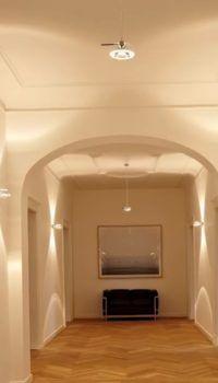 Настенные светильники в цокольном холле