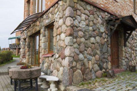 Наземный цокольный этаж из камня