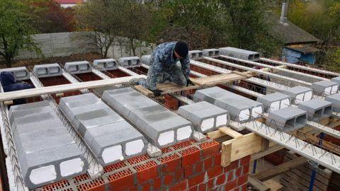 Сборное перекрытие из легкобетонных малогабаритных блоков