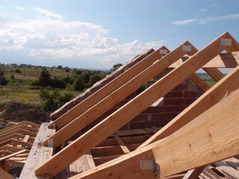 Установка каркаса двухскатной крыши