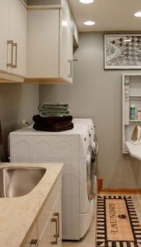 Уютная прачечная со шкафами для хранения белья