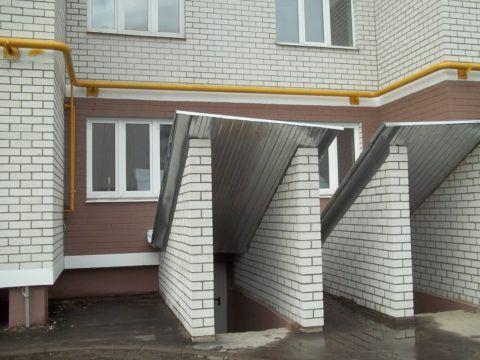 Многоэтажный дом с цокольным этажом, присоединённым к квартире