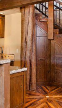 Наличие декоративных балок и стоек заставит вас забыть о том, что стены этажа бетонные