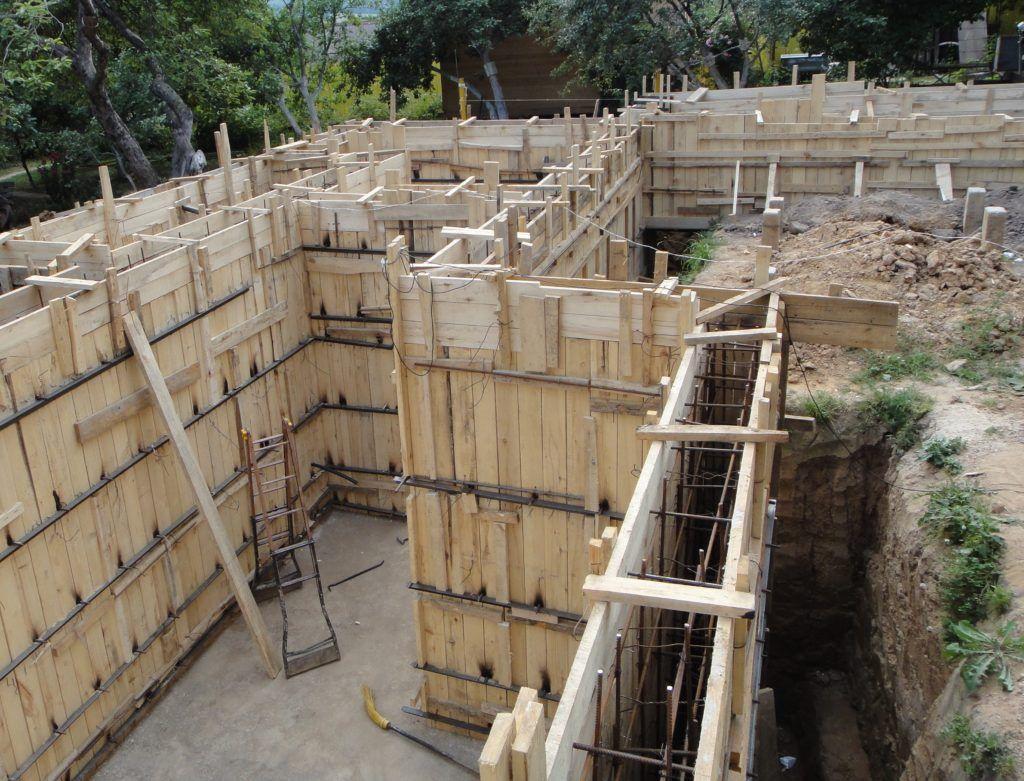 Опалубка под заливку монолитных стен по плите – при этом их толщина может быть меньше