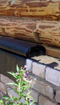 Срубы домов с цокольным этажом из кирпича – правда, он здесь в нарушение правил не глиняный, а силикатный