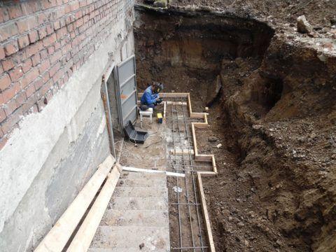 Строительство цокольного этажа с отдельным входом