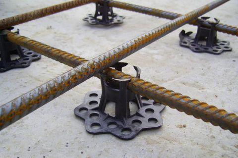 Стульчики играют роль подставки, обеспечивающей арматуре необходимую толщину защитного слоя бетона