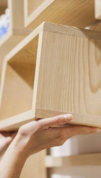 Самодельный деревянный стеллаж с подвесными ящиками