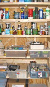 Система хранения из брусков и фанеры в кладовке