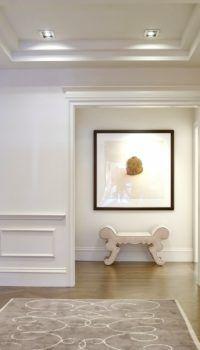 Белые панели – любимый многими вариант классического оформления стен