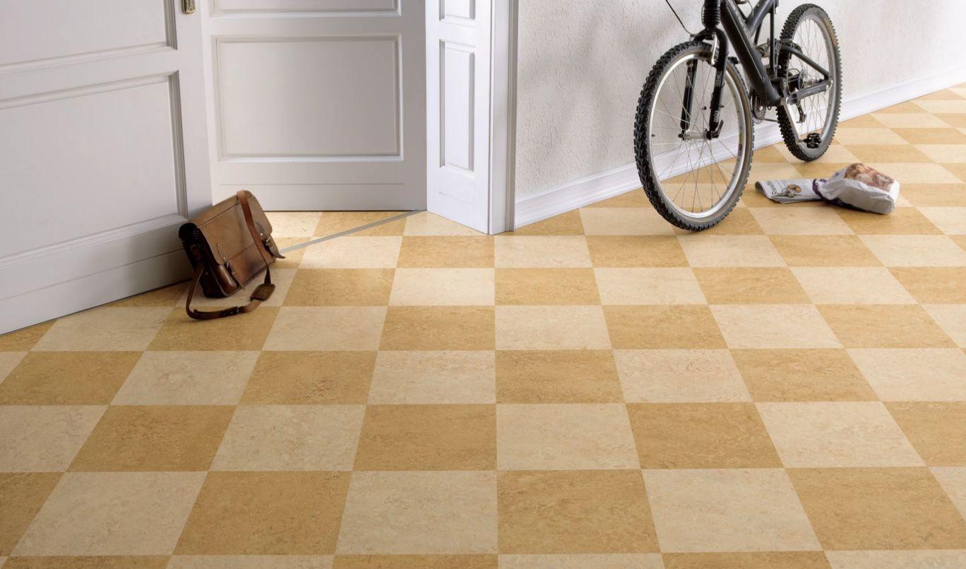 Белые стены, шахматный пол в коридоре
