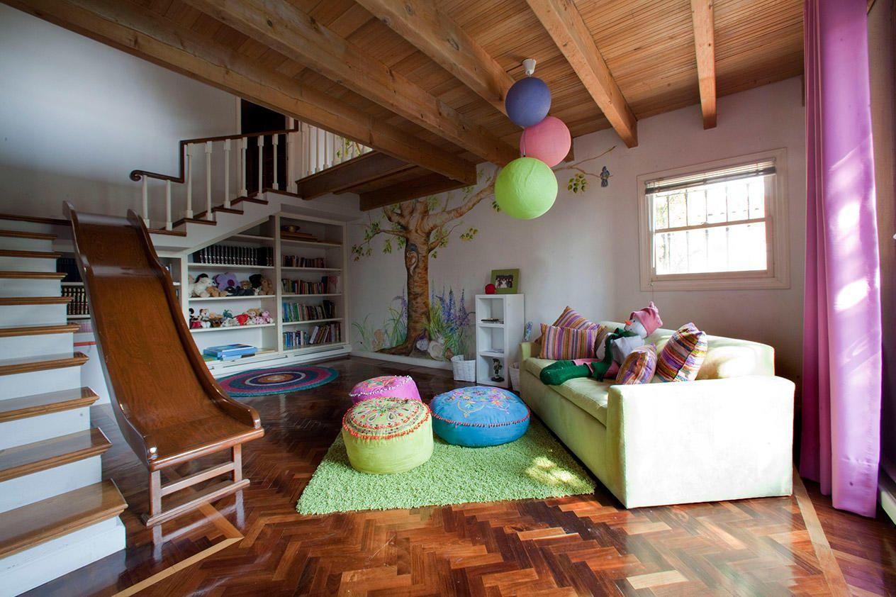 Лестница в цокольный этаж с горкой – лучшее решение для игровой комнаты