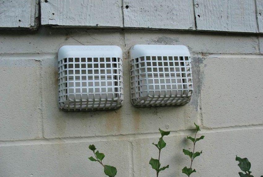 На фото – закрытые решетками вентиляционные отверстия в стене цоколя