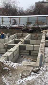 Возведение стен подвала из фундаментных блоков