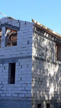 Дом из блоков на этапе заведения под крышу