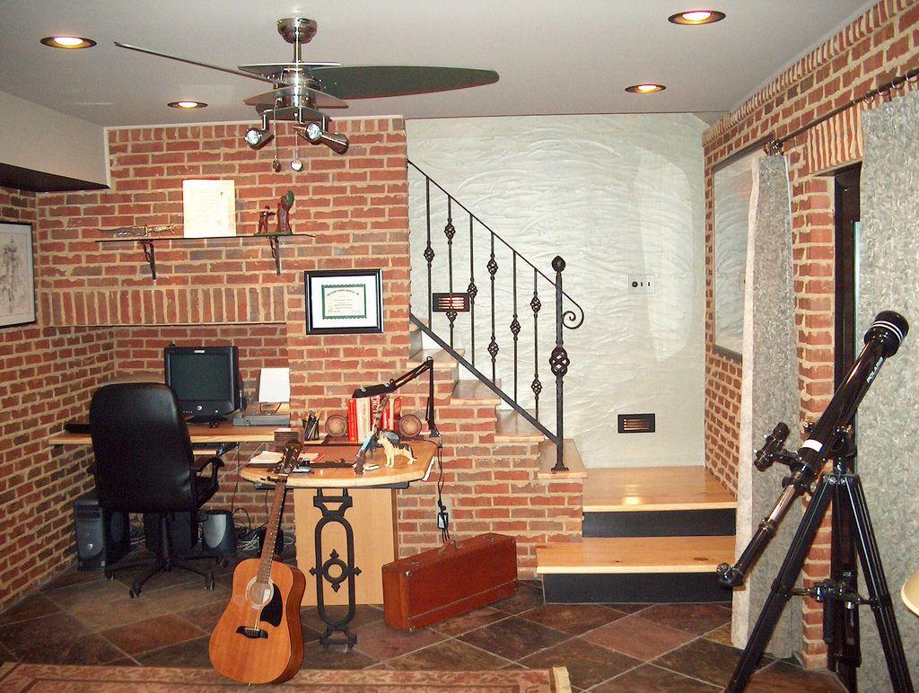 Цокольный этаж дачного дома приспособлен под кабинет